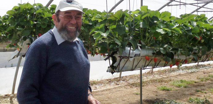 Monsieur Georges Bocquet, installé à Calignac, présente ses cultures de fraises et témoigne des expérimentations réalisées cette année afin de réduire drastiquement l'utilisation des produits phytosanitaires d'origine chimique.