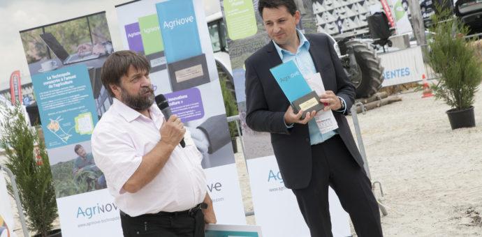 Légende photo : Gilbert Grenier (Bordeaux Sciences Agro) remet à Rémi Frégeat son prix à l'occasion du salon de l'agriculture de Nouvelle-Aquitaine de mai 2016. Crédit photo : SMDEN.