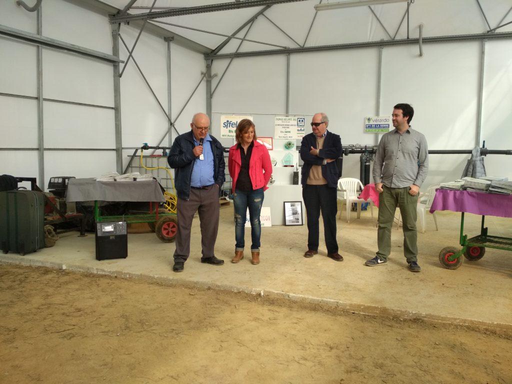 (de gauche à droite) : André Barre (gérant actuel), Aline Cozza (maraîchère) et Messieurs Echavarria père et fils (repreneurs).  Crédit photo : Agrinove